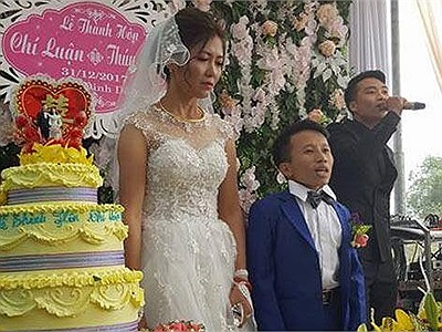 """Xôn xao đám cưới giữa cô dâu """"hot girl"""" cao 1m65 và chú rể """"một mẩu"""" cao 80cm"""