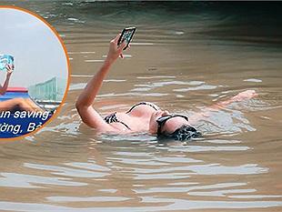 """Thiếu nữ mặc bikini gợi cảm nằm ngửa dưới kênh Nhiêu Lộc để quay """"sexy sinh tồn"""" gây tranh cãi"""